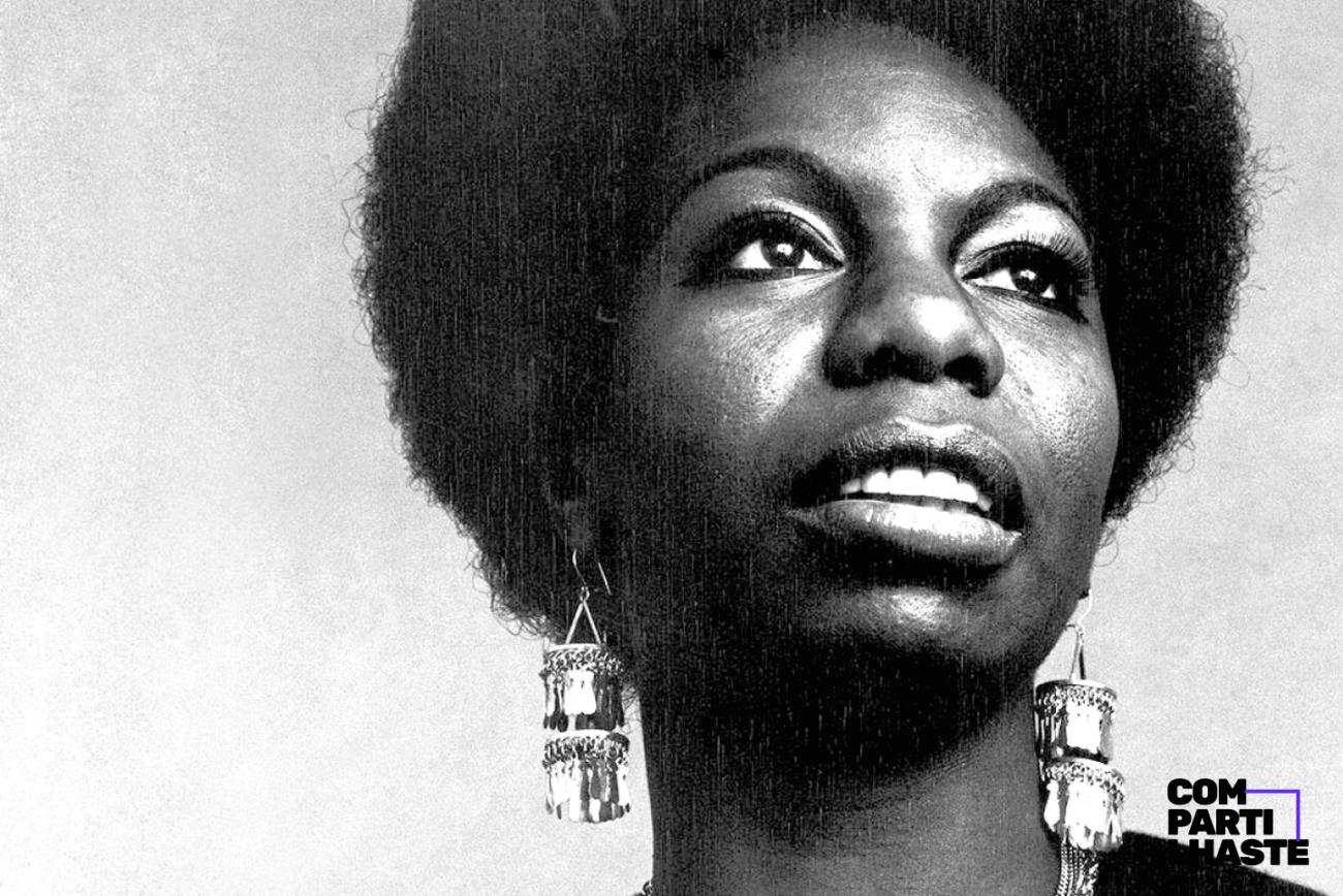 Fotografia em preto e branco da cantora Nina Simone com o logo da Compartilhaste ao canto.